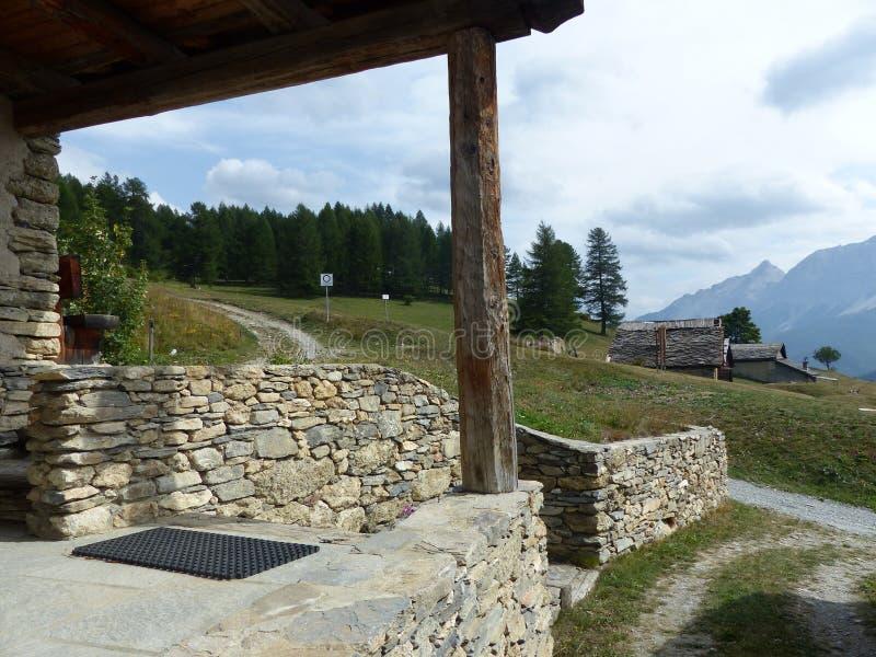 Μικρό χαρακτηριστικό μικρό παλαιό χωριό στα βουνά Val Di Suza στην Ιταλία στοκ εικόνες
