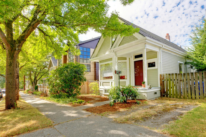 Μικρό χαριτωμένο αμερικανικό σπίτι βιοτεχνών στοκ φωτογραφία