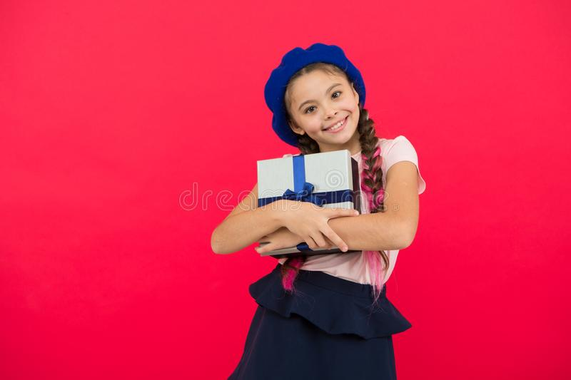 Μικρό χαριτωμένο λαμβανόμενο κορίτσι πακέτο δώρων με το τόξο κορδελλών Εικασία τι το όνειρο παιδιών σας περίπου Καλύτερα παιχνίδι στοκ εικόνες