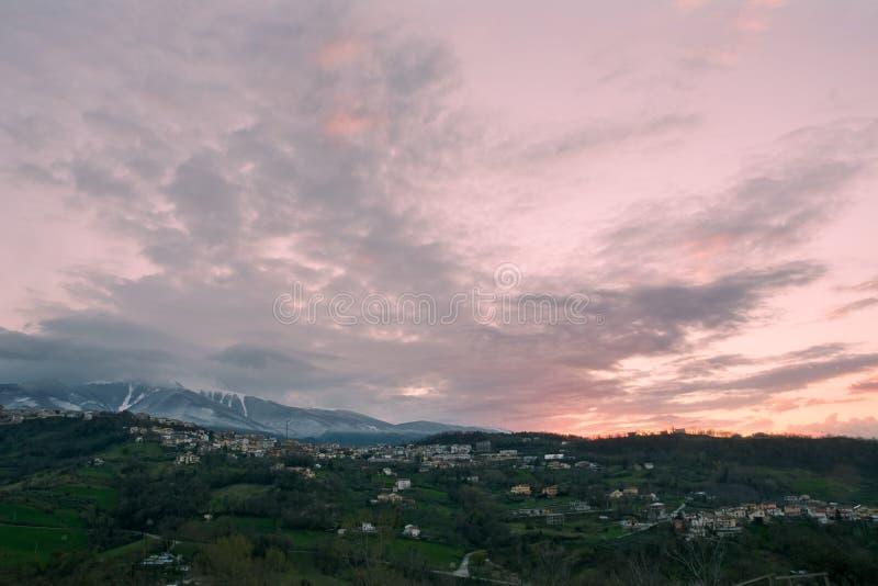 Μικρό χωριό στο πόδι του βουνού στοκ φωτογραφία με δικαίωμα ελεύθερης χρήσης