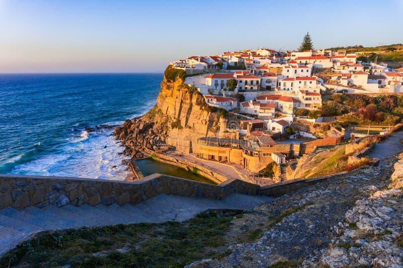 Μικρό χωριό Azenhas do Mar της Πορτογαλίας στον απότομο βράχο στην ακτή με το ηλιοβασίλεμα στοκ φωτογραφίες με δικαίωμα ελεύθερης χρήσης