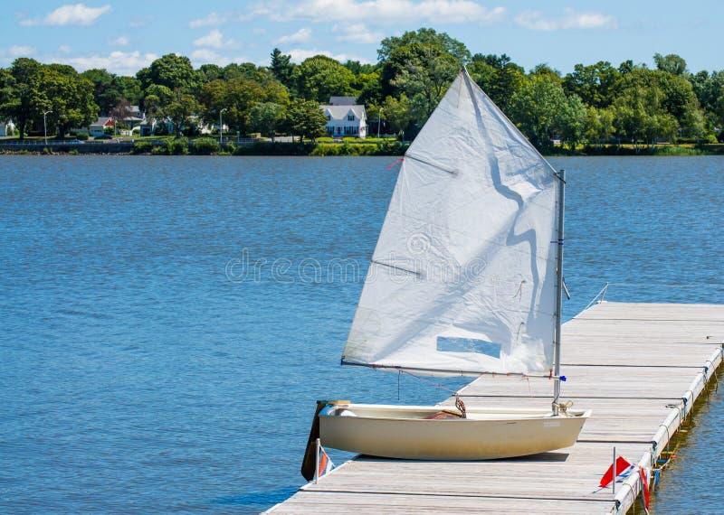 Μικρό sailboat στην ξύλινη αποβάθρα στοκ φωτογραφίες με δικαίωμα ελεύθερης χρήσης