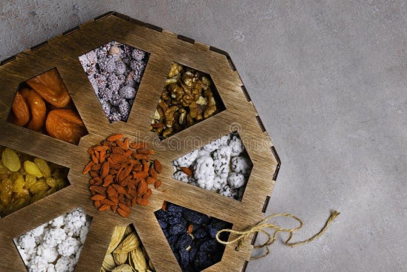 Μικτά καρύδια σε ένα γκρίζο υπόβαθρο στο ξύλινο κιβώτιο Υγιή τρόφιμα και πρόχειρο φαγητό Τοπ όψη στοκ φωτογραφίες