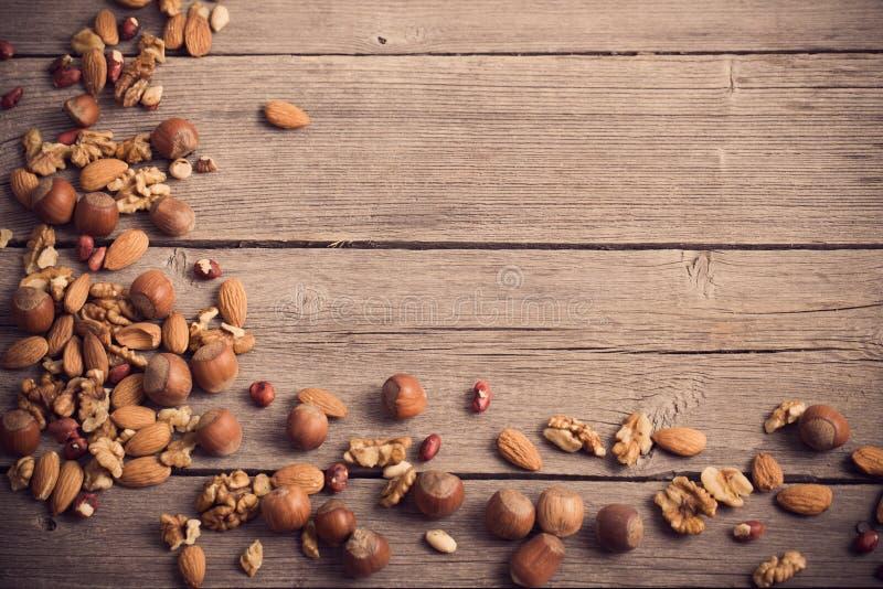 Μικτά καρύδια στο ξύλινο υπόβαθρο στοκ φωτογραφία με δικαίωμα ελεύθερης χρήσης