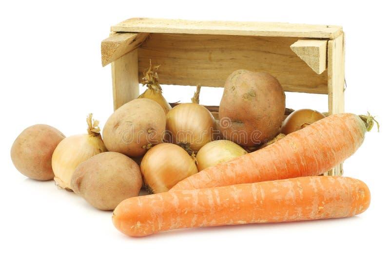Μικτά λαχανικά ρίζας για την παραγωγή ` hutspot ` σε ένα ξύλινο κλουβί στοκ φωτογραφίες