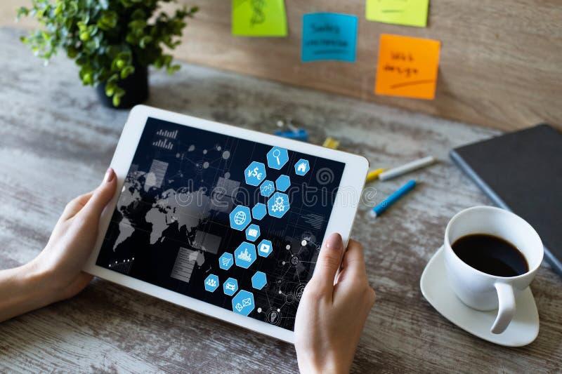 Μικτά μέσα, επιχειρηματική εφαρμογή, πίνακας ελέγχου στην οθόνη συσκευών Επιχείρηση και έννοια Διαδικτύου στοκ φωτογραφίες με δικαίωμα ελεύθερης χρήσης