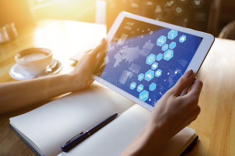 Μικτά μέσα, επιχειρηματική εφαρμογή, πίνακας ελέγχου στην οθόνη συσκευών Επιχείρηση και έννοια Διαδικτύου στοκ φωτογραφία