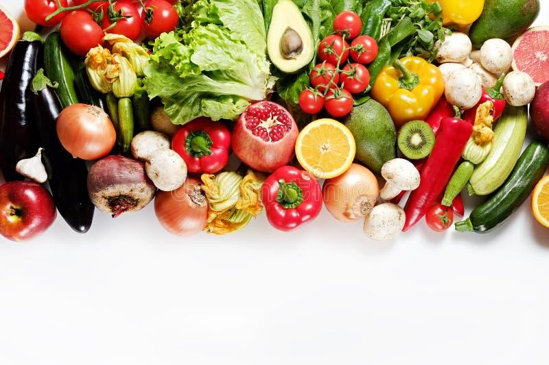 Μικτά οργανικά λαχανικά και πράσινα που απομονώνονται στο άσπρο υπόβαθρο στοκ εικόνες