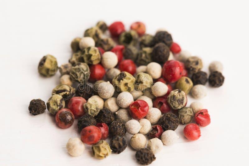 Μικτά πράσινα, κόκκινα, άσπρα και μαύρα peppercorns στοκ εικόνες