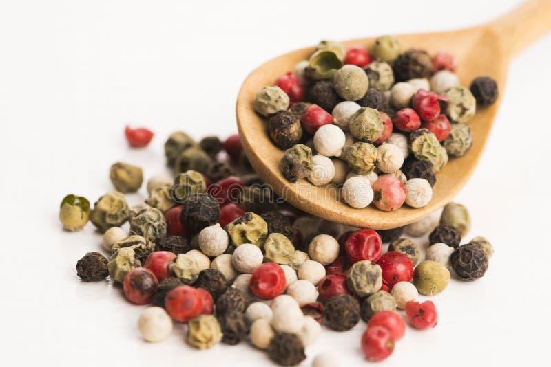 Μικτά πράσινα, κόκκινα, άσπρα και μαύρα peppercorns στοκ φωτογραφίες με δικαίωμα ελεύθερης χρήσης