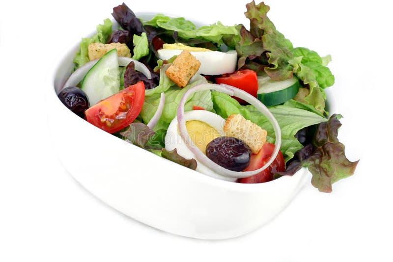 Μικτά πράσινα σαλάτας με την ντομάτα, τις ελιές, το αυγό, το αγγούρι και croutons στοκ φωτογραφίες