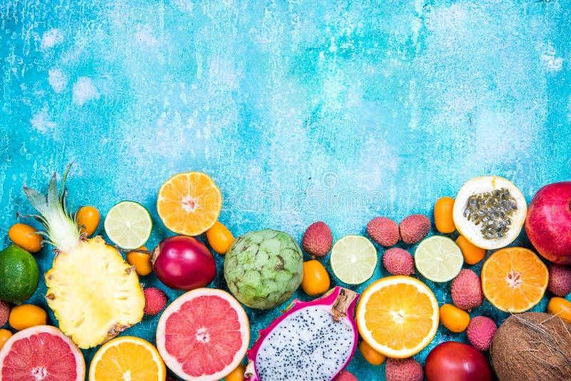 Μικτά φρέσκα δονούμενα εξωτικά φρούτα, υπόβαθρο συνόρων στοκ εικόνες