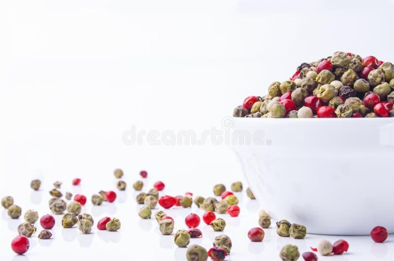 Μικτά peppercorns σε ένα κύπελλο στοκ εικόνες