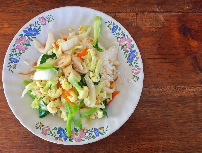 Μικτά Sauteed λαχανικά στη σάλτσα στρειδιών με το ρύζι στοκ εικόνες