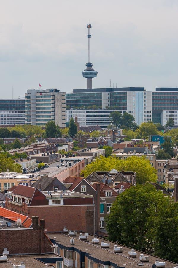 Μικτή κλασική αρχιτεκτονική των φυλλωδών αστικών πολυκατοικιών του Ρότερνταμ στο πρώτο πλάνο με τη σύγχρονη υψηλή άνοδο πόλεων, ψ στοκ φωτογραφία
