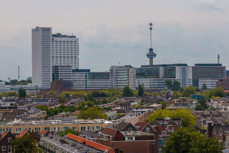 Μικτή κλασική αρχιτεκτονική των φυλλωδών αστικών πολυκατοικιών του Ρότερνταμ στο πρώτο πλάνο με τη σύγχρονη υψηλή άνοδο πόλεων, ψ στοκ φωτογραφίες με δικαίωμα ελεύθερης χρήσης