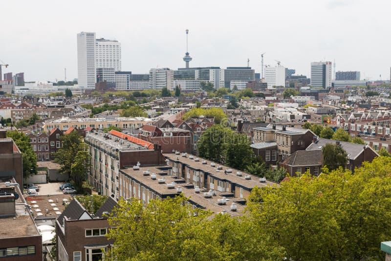 Μικτή κλασική αρχιτεκτονική των φυλλωδών αστικών πολυκατοικιών του Ρότερνταμ στο πρώτο πλάνο με τη σύγχρονη υψηλή άνοδο πόλεων, ψ στοκ εικόνα