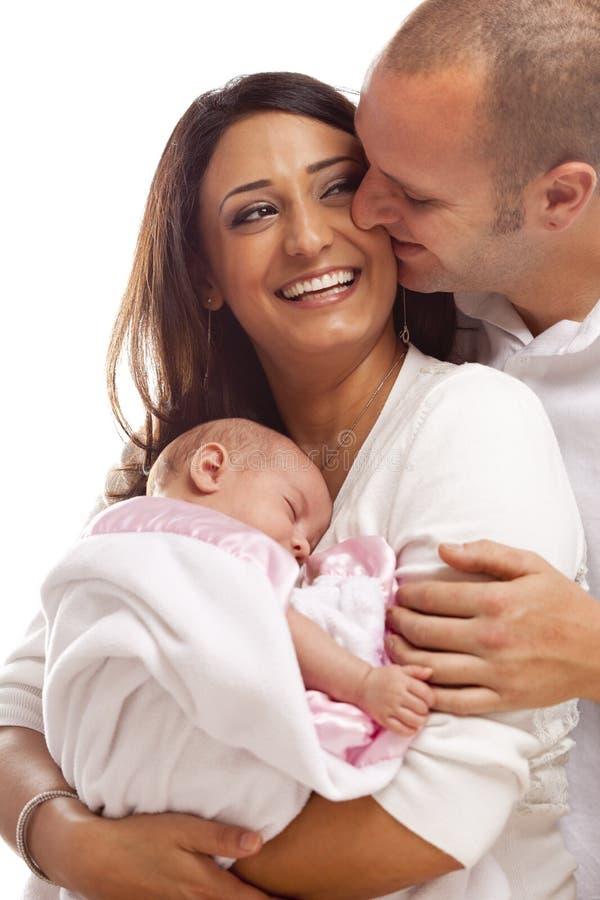 Μικτή νέα οικογένεια φυλών με το νεογέννητο μωρό στοκ εικόνα με δικαίωμα ελεύθερης χρήσης