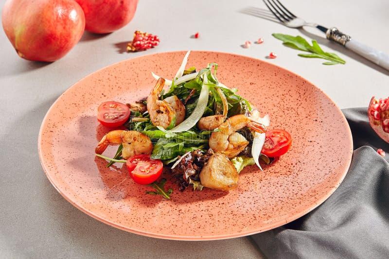Μικτή σαλάτα θαλασσινών με τις τηγανισμένες γαρίδες στοκ φωτογραφία με δικαίωμα ελεύθερης χρήσης