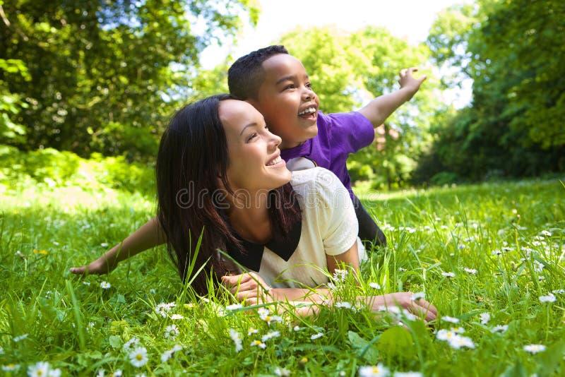 Μικτοί μητέρα και γιος φυλών που χαμογελούν υπαίθρια στοκ φωτογραφίες