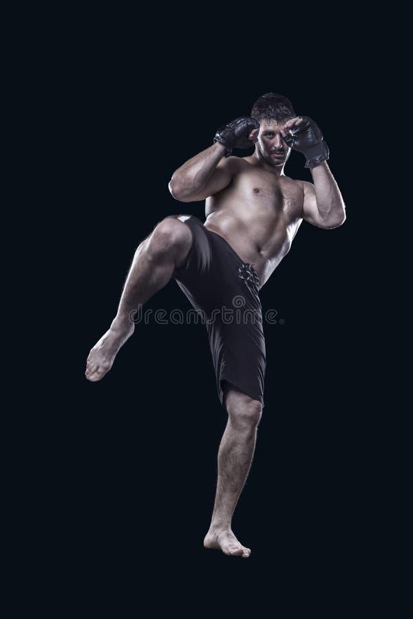 Μικτό λάκτισμα μαχητών πολεμικών τεχνών με το γόνατο που απομονώνεται στοκ εικόνες