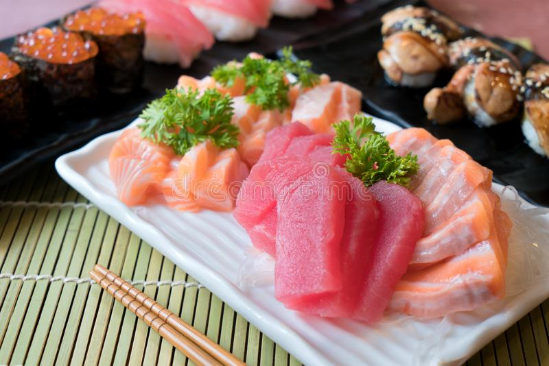 Μικτό τεμαχισμένο sashimi ψαριών στο άσπρο πιάτο Sashimi ο σολομός και ο τόνος θέτουν με τον τόνο, το πετώντας χαβιάρι αυγοτάραχω στοκ εικόνες