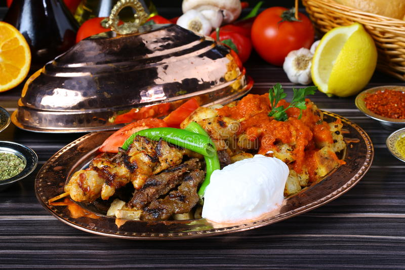 Μικτό τουρκικό Shish kebab στα οβελίδια στοκ εικόνα