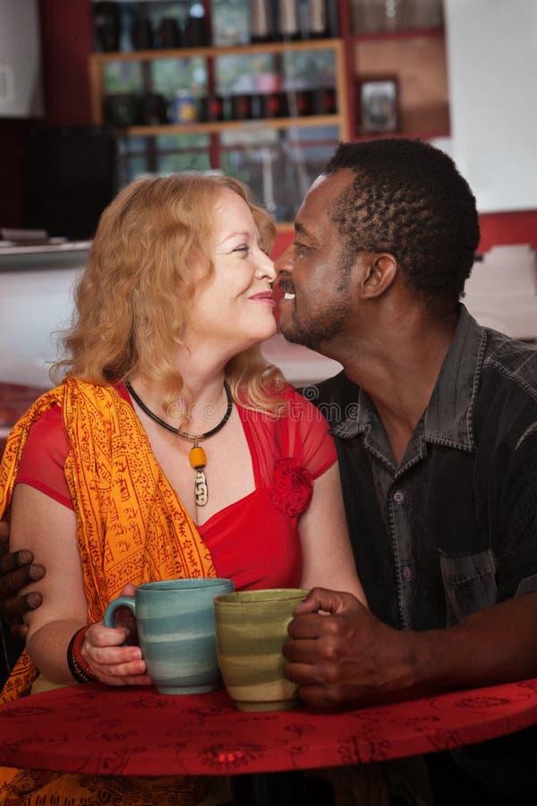 Μικτό των Εσκιμώων φιλί στον καφέ στοκ εικόνες