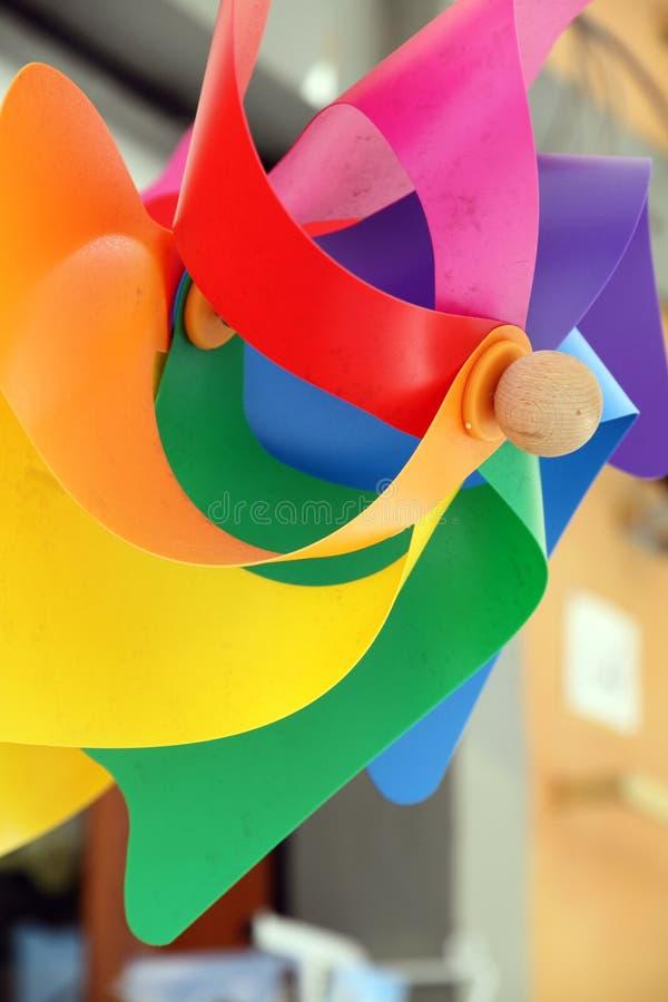 Μικτό χρώμα Pinwheel, ανεμιστήρας παιχνιδιών που απομονώνεται με το ψαλίδισμα της πορείας στοκ φωτογραφία με δικαίωμα ελεύθερης χρήσης