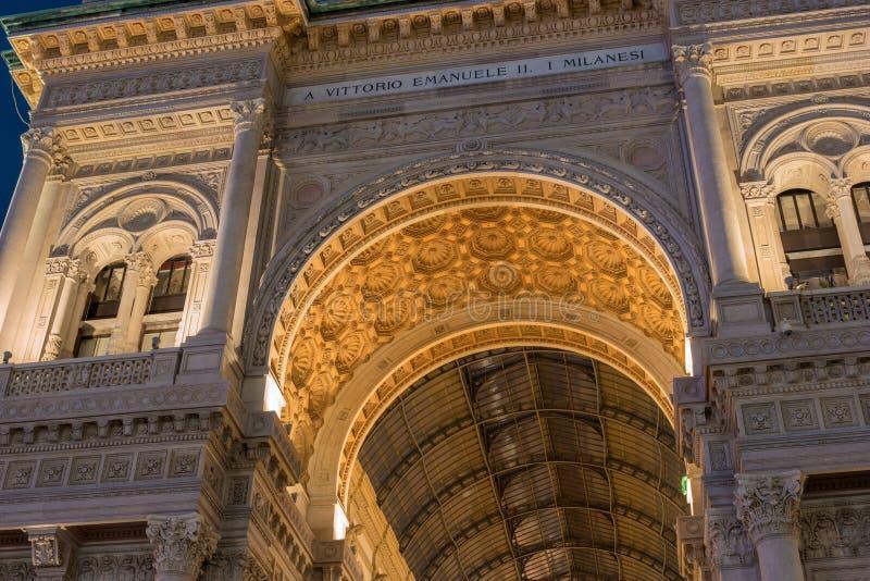 Μιλάνο, Ιταλία Αψίδα Galleria Vittorio Emanuele ΙΙ το βράδυ με το χρυσό φωτισμό, άποψη από κάτω από στοκ εικόνες