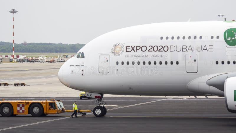 Μιλάνο, Ιταλία Διεθνής αερολιμένας Malpensa Airbus A380 στο τερματικό Αερογραμμές εμιράτων EXPO 2020 στολή του Ντουμπάι Ε.Α.Ε. στοκ εικόνες