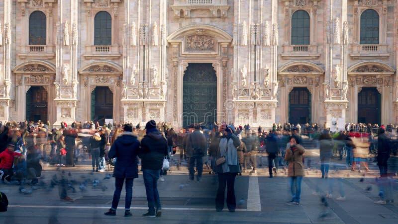 Μιλάνο, Ιταλία - 5 Ιανουαρίου 2019 Τουρίστες που περπατούν στο τετράγωνο κοντά στο Di Μιλάνο Duomo ή τον καθεδρικό ναό του Μιλάνο στοκ εικόνες με δικαίωμα ελεύθερης χρήσης