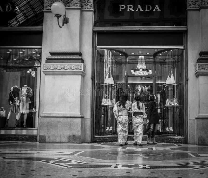 Μιλάνο, Ιταλία - 23 Μαρτίου 2016: Το ιαπωνικό θηλυκό δύο εισάγει σε Prad στοκ φωτογραφία με δικαίωμα ελεύθερης χρήσης