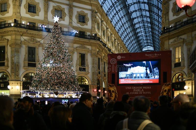 Μιλάνο, Ιταλία - οι άνθρωποι προσέχουν το ανοιχτήρι εποχής gala της Όπερας του La Scala σε μια γιγαντιαία οθόνη σε Galleria Vitto στοκ εικόνα