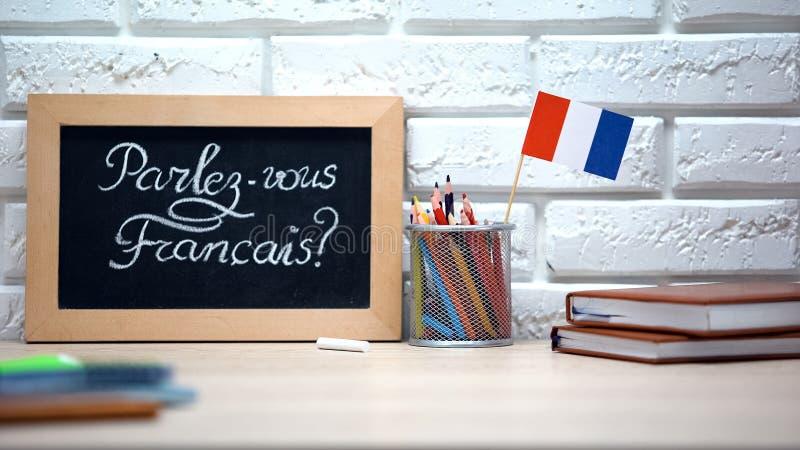 Μιλάτε γαλλικά γραμμένα στο σκάφος, γαλλική σημαία να στέκεται στο κουτί, γλώσσα στοκ εικόνες με δικαίωμα ελεύθερης χρήσης