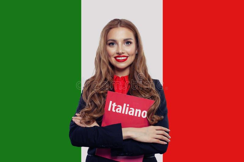 Μιλήστε την ιταλική γλωσσική έννοια Ευτυχής γυναίκα στο υπόβαθρο σημαιών της Ιταλίας Το ταξίδι και μαθαίνει την ιταλική γλώσσα στοκ φωτογραφίες