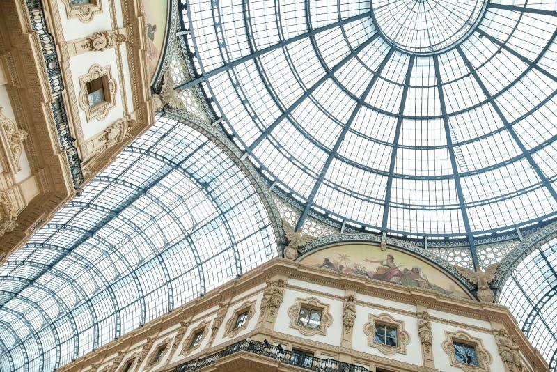 ΜΙΛΑΝΟ, ΙΤΑΛΙΑ - 8 ΙΟΥΝΊΟΥ 2016: Θόλος γυαλιού Galleria Vittorio Ema στοκ εικόνες