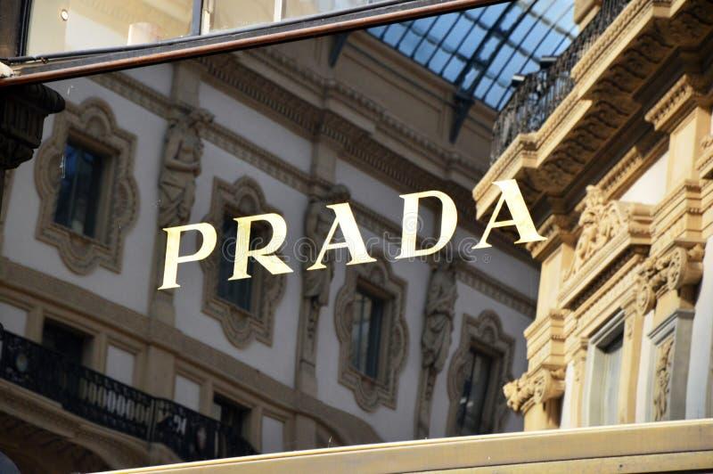 ΜΙΛΑΝΟ, ΙΤΑΛΙΑ - 7 ΣΕΠΤΕΜΒΡΊΟΥ 2017: Λογότυπο καταστημάτων της Prada μέσα Galleria Vittorio Emanuele ΙΙ, Μιλάνο στοκ εικόνες