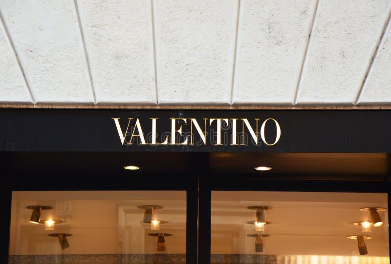 ΜΙΛΑΝΟ, ΙΤΑΛΙΑ - 7 ΣΕΠΤΕΜΒΡΊΟΥ 2017: Λογότυπο Valentino έξω από ένα κατάστημα μέσα μέσω Monte Napoleone στο Μιλάνο Η SPA Valentin στοκ εικόνα