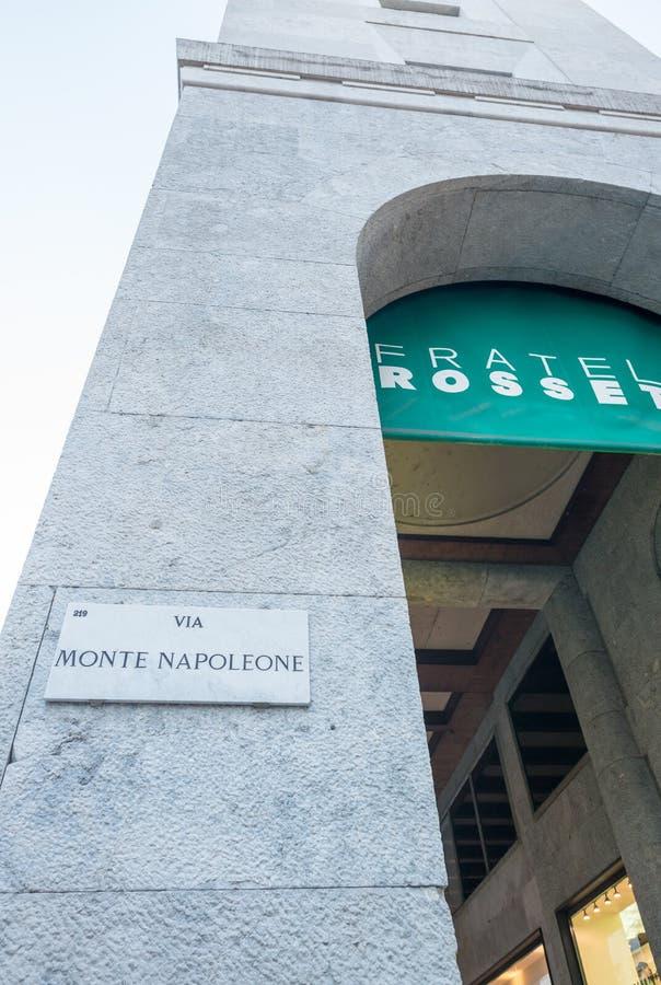 ΜΙΛΑΝΟ - 25 ΣΕΠΤΕΜΒΡΊΟΥ 2015: Μέσω του σημαδιού Monte Napoleone Η οδός στοκ εικόνες