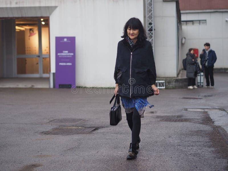 ΜΙΛΑΝΟ - 22 ΦΕΒΡΟΥΑΡΊΟΥ 2018: Μοντέρνη γυναίκα που περπατά στην οδό μετά από τη επίδειξη μόδας LES COPINS, κατά τη διάρκεια της γ στοκ εικόνα με δικαίωμα ελεύθερης χρήσης