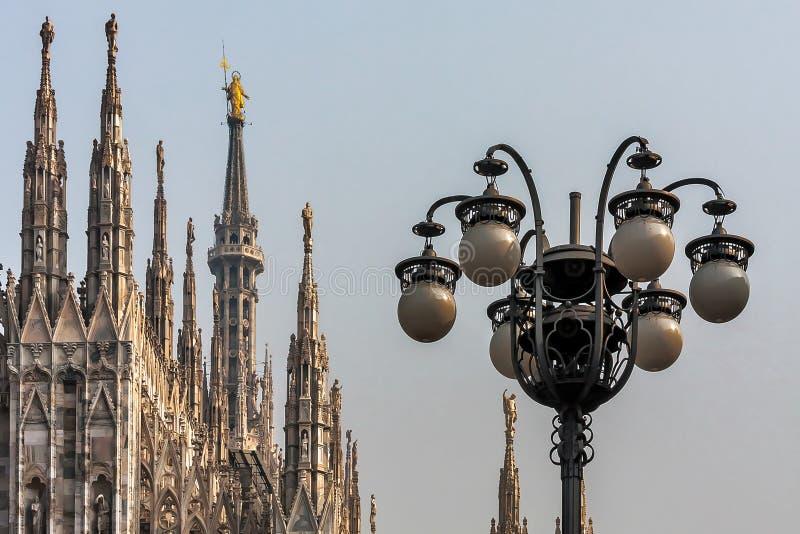 ΜΙΛΑΝΟ, ITALY/EUROPE - 23 ΦΕΒΡΟΥΑΡΊΟΥ: Κώνοι της καθέδρας Duomo στοκ εικόνα με δικαίωμα ελεύθερης χρήσης