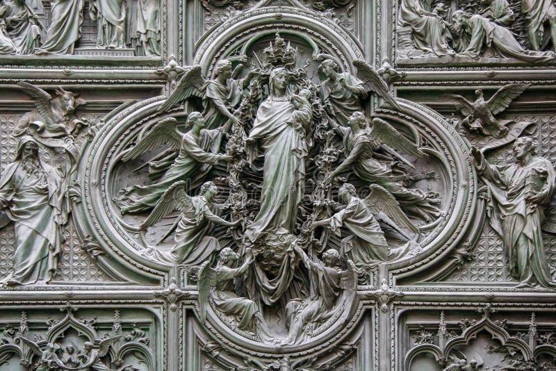 ΜΙΛΑΝΟ, ITALY/EUROPE - 23 ΦΕΒΡΟΥΑΡΊΟΥ: Λεπτομέρεια της κύριας πόρτας στο τ στοκ φωτογραφία