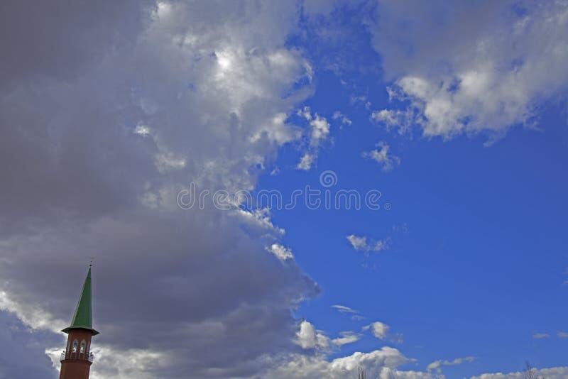 Μιναρές ενάντια σε έναν όμορφο ουρανό με τα σύννεφα στη Ρωσία στοκ εικόνα