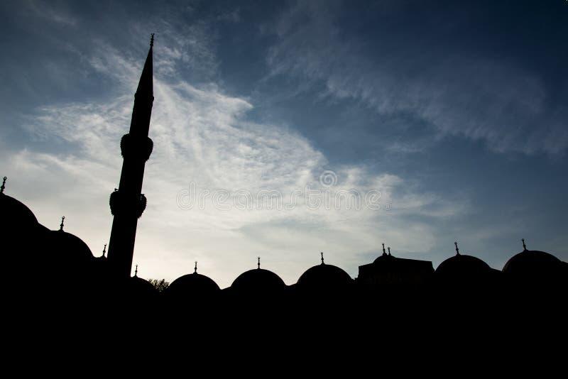 Μιναρές μουσουλμανικών τεμενών και σκιαγραφία θόλων στοκ εικόνα