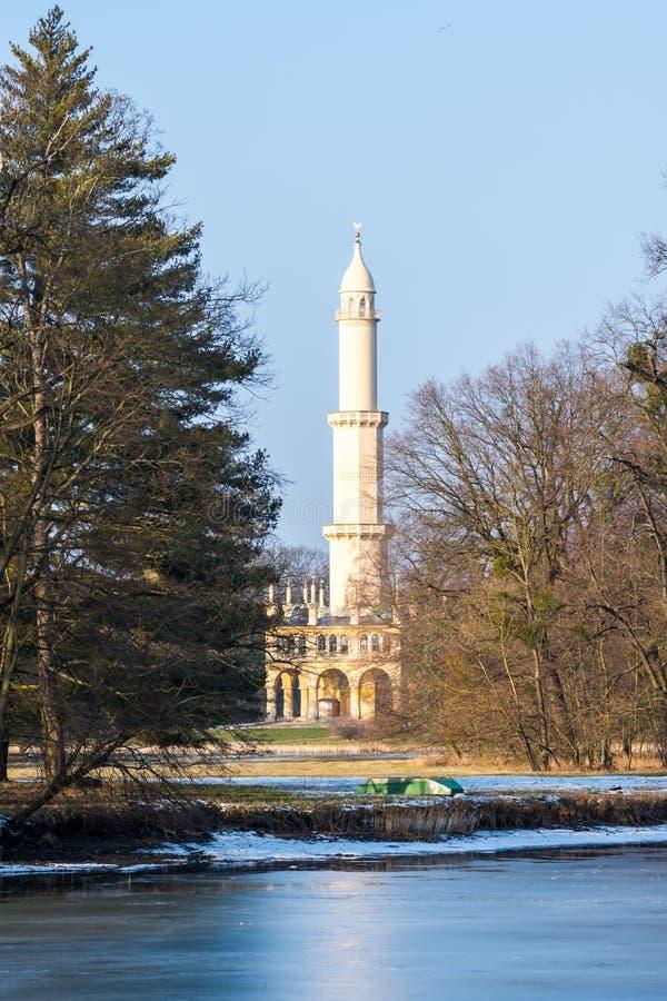 Μιναρές στο κάστρο Lednice, ιστορική θέση της ΟΥΝΕΣΚΟ Δημοκρατίας της Τσεχίας, η λίμνη στο πρώτο πλάνο στοκ φωτογραφία