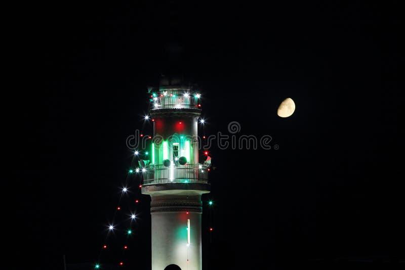 Μιναρές του παλαιού μουσουλμανικού τεμένους με το φεγγάρι σε ramadan στοκ φωτογραφία