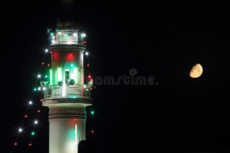 Μιναρές του παλαιού μουσουλμανικού τεμένους με το φεγγάρι σε ramadan στοκ φωτογραφία με δικαίωμα ελεύθερης χρήσης