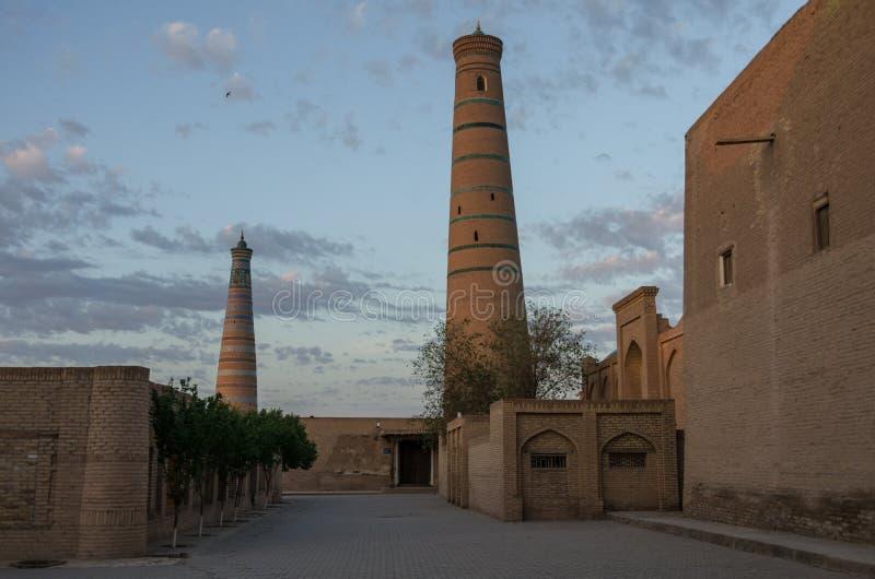 Μιναρές Islom Xoja σύνθετος στην πόλη Khiva στοκ εικόνες με δικαίωμα ελεύθερης χρήσης