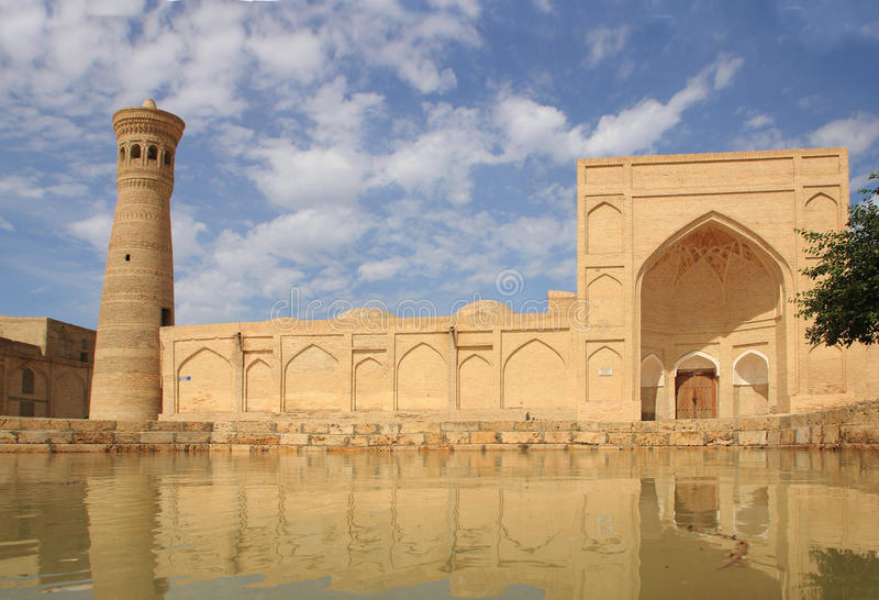 Μιναρές Kalon Xoja και μουσουλμανικό τέμενος Xoja Kalon στην πόλη της Μπουχάρα, Ουζμπεκιστάν στοκ εικόνες